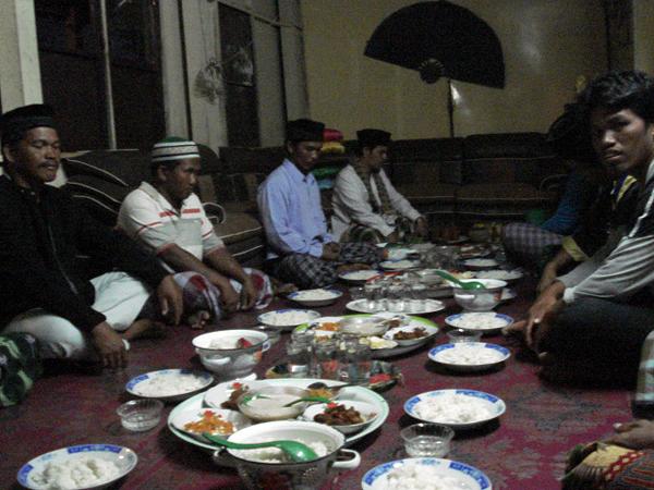 мусульмане Индонезии за едой