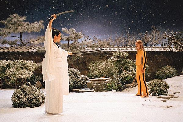 Убить Билла. Сцена в саду. Ума Турман (слева) и Люси Лиу