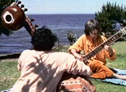 Харрисон в Индии, учится играть на ситаре
