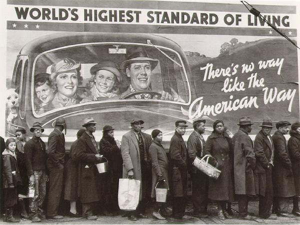 Фотограф: Маргарет Брук-Уайт. США, очередь за хлебом (после наводнения) на фоне многообещающих лозунгов, 1937 г.