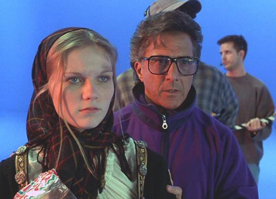 Продюссер Мотс (Дастин Хофман) объясняет актрисе ее роль. В руках у этой девушки, только что, по идее, изнасилованной террористами, пакет с чипсами. Потом при помощи компьютера вместо пакета наложат трогательного белого котенка. А вместо этого анилинового фона - горящую албанскую деревню. Терроризм, должен выглядеть реально. Зритель должен плакать
