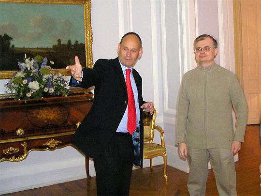 Дмитрий Галковский (без галстука) в английском посольстве. Фото из ЖЖ Галковского