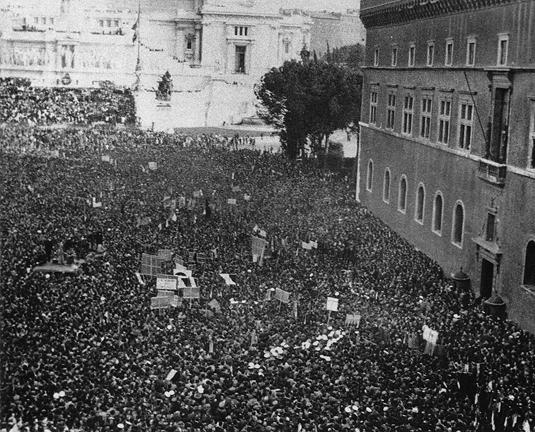 А вот это уже классический век толп, одно из высших достижений Осьминога. Рим, площадь Венеции, 10 июня 1940 года, массы ожидают объявления о вступлении Италии в войну. Они вот-вот разразятся воплями ликования и облегчения