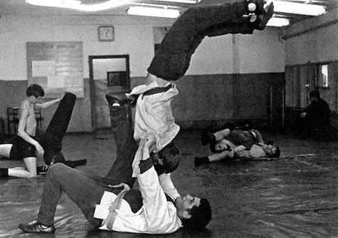 Владимир Путин и Василий Шестаков тренируются. 1969 год. Путин сейчас тот, который вверх ногами. Встаньте на голову, как говорил Заратустра