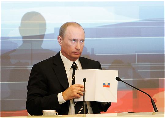 Путин понимает, что Осьминог требует формального соблюдения Конституции. Таковы правила игры. Но умный человек всегда найдет способ обойти мертвящие жизнь правила. Главное, чтобы этот способ был красив и изящен
