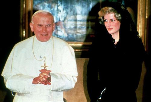 С кем только этот папа ни встречался. Вот - с принцессой Дианой