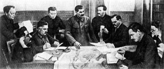 Члены Политбюро обсуждают второй пятилетний план. 1933 г.