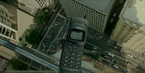 Мобильник над городом. Кадр из фильма Матрица