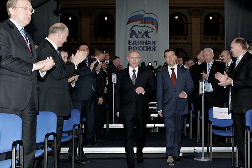 На VIII съезде Единой России Путин согласился стать премьером при президенте Медведеве. Вот они оба идут, ведомые невидимой рукой Осьминогов Второго Фонда Селдона