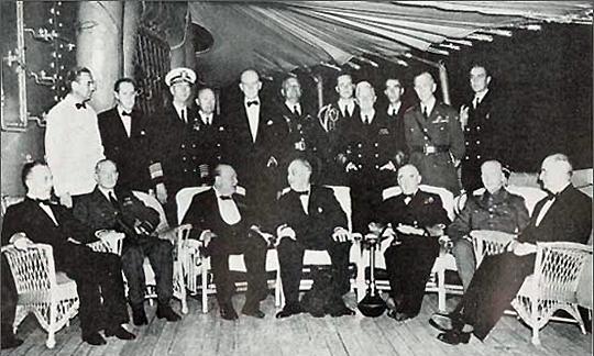 Встреча президента Рузвельта и премьер-министра Черчиля на военном судне США Августа. На этом судне, где-то в водах Атлантики, 14 августа 1941 года была подписана Атлантическая хартия. В этой акции все символично, есть даже намек на август 14-го, начало Первой Мировой войны
