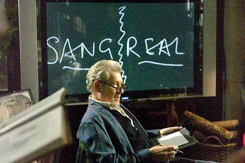 Кадр из фильма Код да Винчи. Фокус с преобразованием Святого Грааля (san greal) в королевскую кровь (sang real)