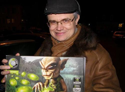 Недавно Дмитрий Галковский купил себе новый компьютер, а к нему игрушку, которую держит в руках. Он любит такие игры