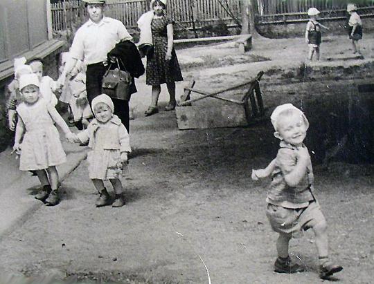 На переднем плане шагает Дима Галковский. Взрослые на заднем плане, может быть, его отец и мать