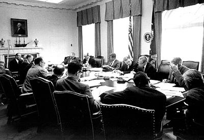 Джон Кеннеди и группа его советников за круглым столом в Военной комнате во время Кубинского ракетного кризиса
