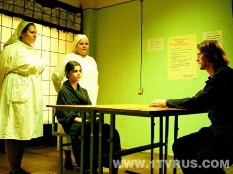 Кадр из фильма Константина Лопушанского Гадкие лебеди. Писатель Банев беседует с дочерью, зомбированной мокрецами. Нянечки, согласитесь, не оставляют надежды на выздоровление
