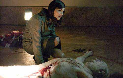Кадр из фильма Код да Винчи. Мертвый хранитель Грааля и девушка Софи, она как раз потомица Иисуса Христа
