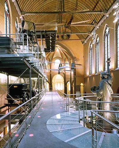 Интерьер Парижского Музея ремесел и профессий. Кроме Маятника Фуко там есть и Статуя Свободы