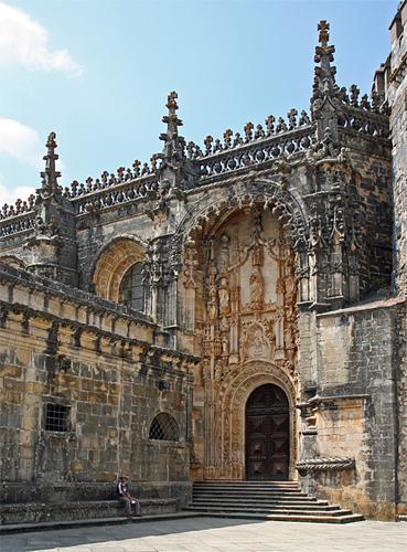 Южный портал Храма Тамплиеров в Томаре. Построен в стиле мануэлино. Здесь изображено едва ли не все, что может указывать на род деятельности и могущество ордена