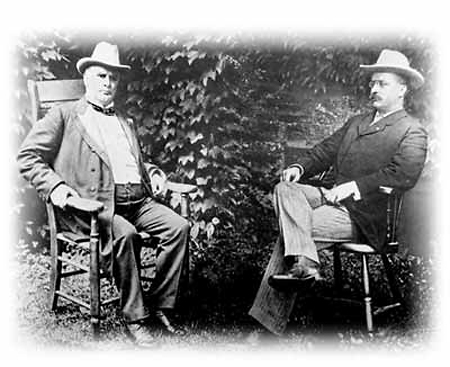Президент Мак-Кинли слева (слева) с будущим президентом Теодором Рузвельтом