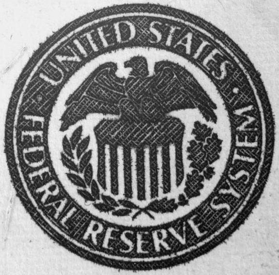 Эмблема Федеральной Резервной Системы. В США кризис вызвал следующие последствия: закрылось более 5 тыс. банков, акции обесценились на 40 млрд долларов, выросла дефляция и упали цены на недвижимость, промышленное производство сократилось в 2 раза, производство автомобилей сократилось в 5 раз, появилось 12 млн безработных (в пиковые даты кризиса до 15 млн безработных), 5 миллионов американских фермеров лишились земли за долги, урожай основных зерновых культур (пшеницы и кукурузы) снизился в 1.5-2 раза