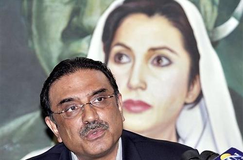 На переднем плане президент Пакистана Асиф Али Зардари, муж Беназир Бхутто, которая постоянно маячит за его спиной, как привидение. А вот кто там маячит за спиной самой Беназир Бхутто, не разглядеть. Но угадываются черты монголоидного лица