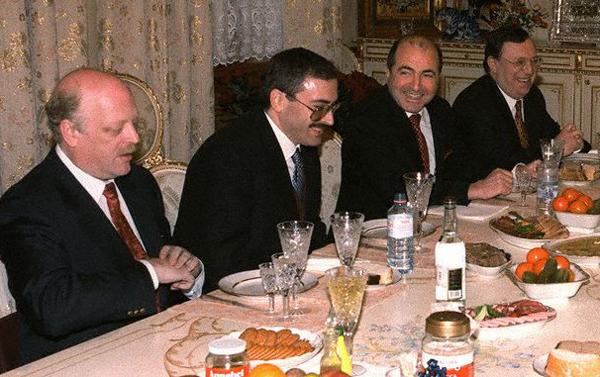 Слева направо: Александр Смоленский, Михаил Ходорковский, Борис Березовский, Владимир Гусинский. Нет, это и не они задавали тон свободному слову, хотя у каждого из этих людей были свои СМИ