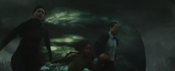 Машина горит. Клаату, Хелен и Джейкоб бегут в поисках спасения