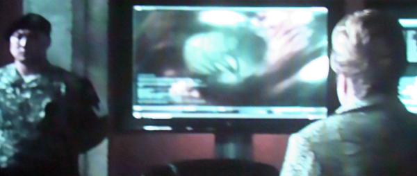 Министр обороны США Риджина Джексон видит на экране в шарах пришельцев головоногих монстров. А ученые доверчивую женщину дезинформируют