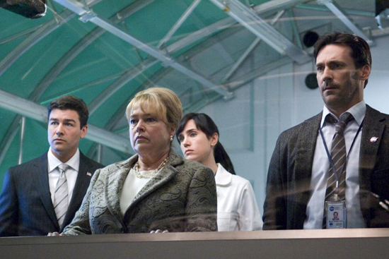 Министерша обороны, Хелен и два чиновника от науки. Тот, что справа, поедет вместе с Хелен на встречу с пришельцем