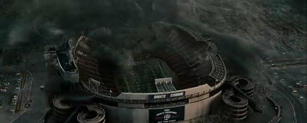 Облако инопланетных насекомых приступило к пожиранию стадиона