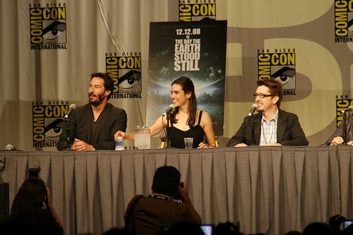 Слева направо Киану Ривз, Дженнифер Коннелли, Скотт Дерриксон, режиссёр фильма День, когда Земля остановилась