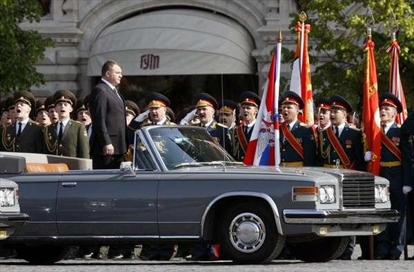 Министр обороны РФ Анатолий Сердюков (это такой толстый человек в  автомобиле) принимает парад на Красной площади