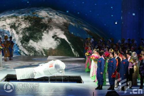 Тяньгун-1 (Небесный дворец-1) – орбитальный лабораторный и научный модуль, из двух отсеков, показанный за несколько минут до наступления китайского Нового года на сцене Концертного зала Центрального телевидения (отсюда и сцена). К Дворцу будут шлюзоваться Небесные ладьи, 8-ая, 9-ая и 10-ая (2010-2012 г.г.). До 2020 года, когда Китай построит на орбите собственную обитаемую орбитальную станцию, будет запущено еще два Небесных дворца. В октябре этого года, к очередной годовщине КНР, должны быть запущены спутники-зонды к Марсу (Инхо-1) и к Луне (Чанъэ-2). Судя по тому, что Тяньгун-1 показали под Новый год, план по запуску Дворца перенесен с конца 2010 на конец 2009 года. Фото и информация взяты из ЖЖ du_jingli.
