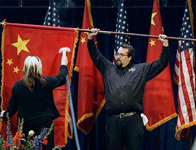 Американцы ухаживают за китайским флагом