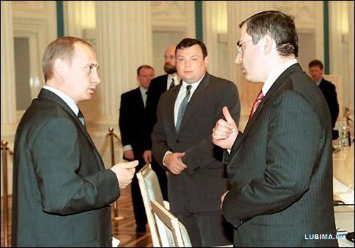 Путин во время встречи с олигархами разговаривает с Ходорковским. Заметьте, как олигархи выстроились. Настоящая очередь. Ходорковский первый. За ним - Фридман, Пугачев, Потанин. До всех дойдет очередь. Милер, правда, в сторонке. Газпром все-таки госмонополия