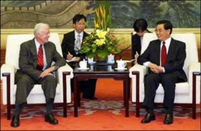 21 век бывший президент США Джимми Картер приехал в Китай. Беседует с председатель КНР Ху Цзиньтао
