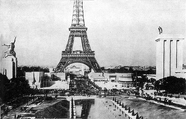 Всемирная выставка 1937 года в Париже. Противостояние павильонов. Слева павильон Советского союза, увенчанный Рабочим и колхозницей Веры Мухиной. Справа павильон фашисткой Германии, увенчанный имперским орлом