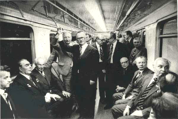 Советская элита катает Брежнева на метро