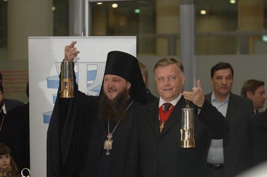 Владимир Якунин и епископ Савва приносят благодатный огонь в Санкт-Петербургскую Митрополию. Это снимок 2008 года