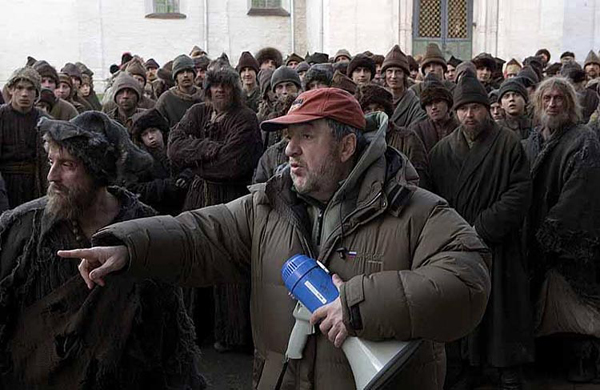 Павел лунгин совсем не боится русского народа, поскольку имеет дело с ряженными