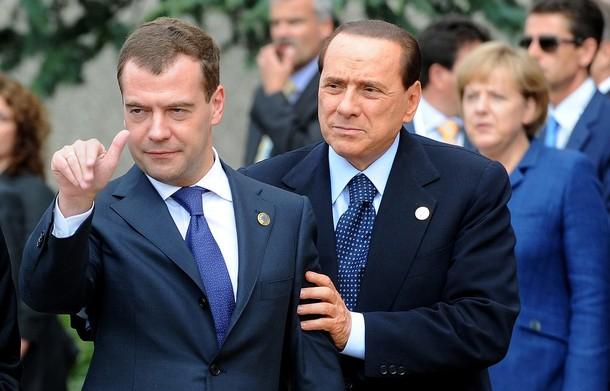 Что-то привлекло внимание президента РФ. Гипнотизер Берлускони дает установку...