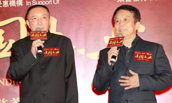 Хань Саньпин (слева) и Хуан Цзяньсинь, режиссеры фильма Великое дело по строительству государства