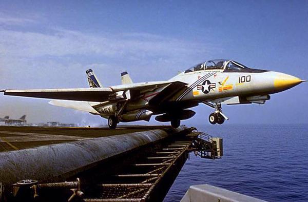 Взлет американского штурмовика с палубы авианосца