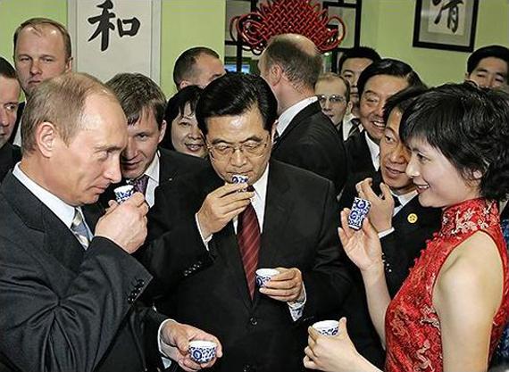 Владимир Путин и китайские товарищи дегустируют улунский чай