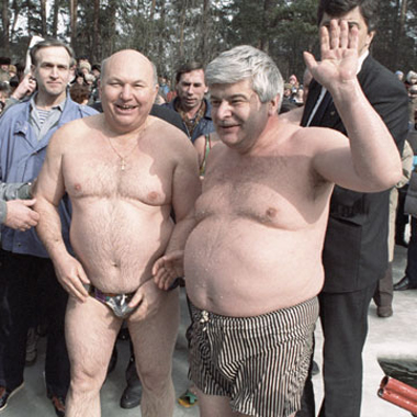 Купальщики. Юрий Лужков и Гавриил Попов