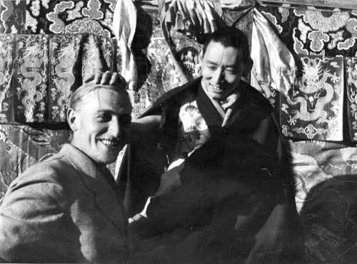 Правитель Тибета Ретинг Ринпоче и сотрудник Главного управления СС по вопросам расы и поселений Бруно Бегер, во время Экспедиции СС в Тибет, 1938 год. Ринпоче передал Экспедиции СС письмо для «господина короля Гитлера»