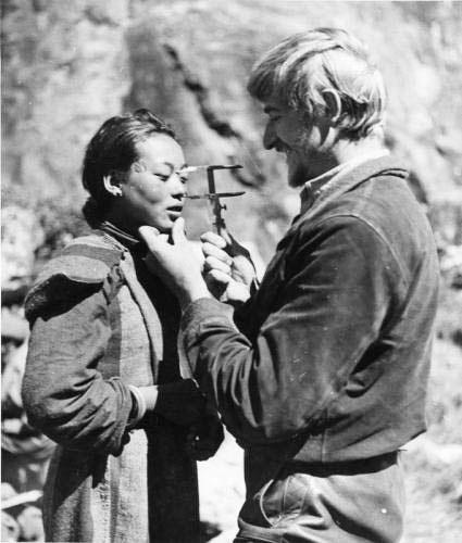 Бруно Бегер делает замеры черепа тибетки, чтобы исследовать тибетцев на предмет их принадлежности к арийской расе