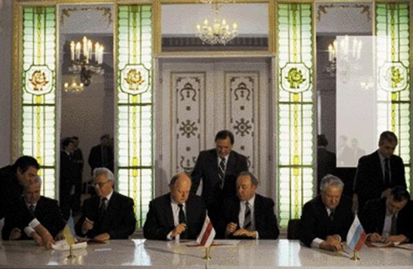 Подписание Беловежского соглашения. Слева направо: Кравчук, Шушкевич, Ельцин. Слева от него Бурбулис. Гайдар где-то в кулуарах
