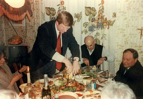 Гайдар и Чубайс кушают курочку в гостях у Булата Окуджавы