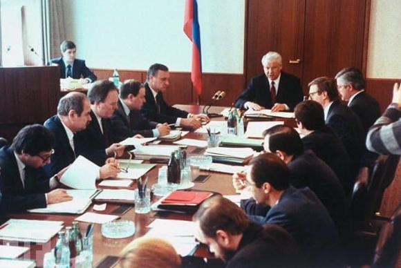 Заседание правительства под председательством Ельцина. Гайдар второй по правую руку Ельцина, между Бурбулисом и Полтораниным. Какие лица, тут есть, что вспомнить. Тут и Авен, Руцкой, и Шохин где-то прячется...